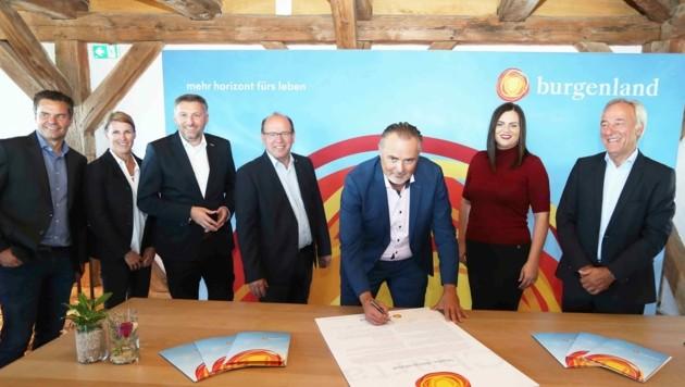 """Alle Partner unterzeichneten die Charta """"Dachmarke"""". (Bild: Judt Reinhard)"""