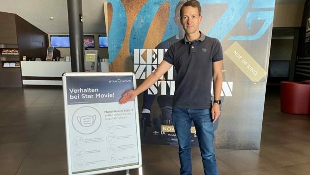 Star-Movie-Geschäftsführer Hans-Peter Obermayr mit Schildern mitsamt Corona-Hinweisen. (Bild: Star Movie)