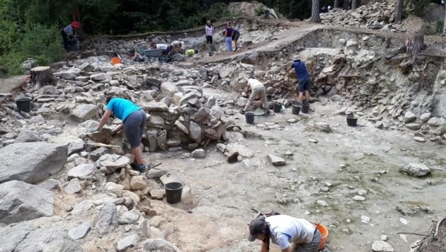 """An den Grabungen auf der """"Hohen Birga"""" helfen auch 20 Studierende mit, um Praxiserfahrung zu sammeln. Der Hügel soll später zum archäologischen Park mit Audioguide werden. (Bild: F. M. Müller)"""