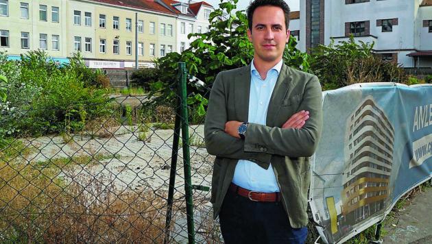 Christoph Wiederkehr (Neos) vor dem verwaisten Areal des Genochplatzes, den er gerne wiederbeleben möchte. (Bild: Klemens Groh)