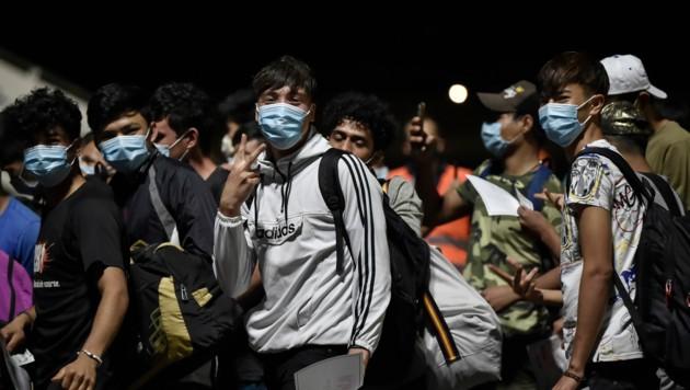 Derzeit wird eifrig nach Ersatzquartieren für die Bewohner gesucht - die Freude jener, die nun wieder in einer regensicheren Unterkunft unterkommen, ist groß. (Bild: AFP/LOUISA GOULIAMAKI)