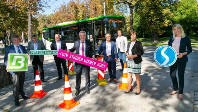 Gemeinsam mit den Bürgermeisterinnen und Bürgermeistern der Umlandgemeinden präsentierte LH-Stellvertreter Anton Lang das neue Buskonzept. (Bild: Fotoatelier Robert Frankl)
