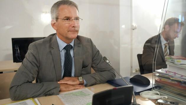 Der als Zeuge geladene ehemalige Finanzminister Hartwig Löger (ÖVP) (Bild: APA/ROLAND SCHLAGER)