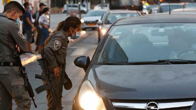 In ganz Israel gibt es Checkpoints, um die wieder in Kraft gesetzten Ausgangssperren zu kontrollieren.