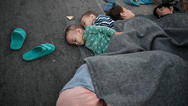 Hilfsleistungen stehen in Aussicht - doch bis diese eintreffen ist und bleibt die Lage prekär. Kinder mussten auf dem Boden übernachten. (Bild: LOUISA GOULIAMAKI/AFP)