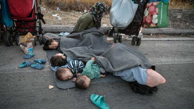 Nach den Bränden mussten viele Kinder auf dem Boden schlafen. (Bild: LOUISA GOULIAMAKI/AFP)