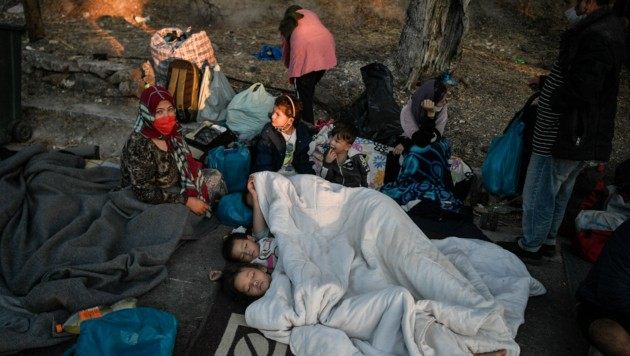 Kinder schlafen dicht zusammengedrängt auf dem Boden. (Bild: LOUISA GOULIAMAKI/AFP)