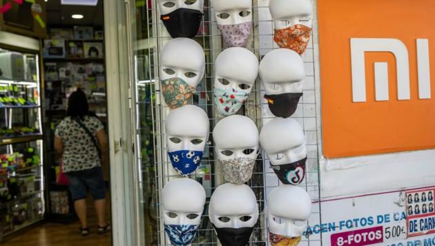 Ein Geschäft verkauft Gesichtsmasken. (Bild: AP)
