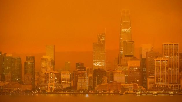 Die gesamte Skyline von San Francisco ist von einem orangefarbenen Nebel umhüllt. (Bild: AFP)