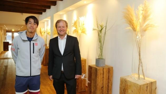 Tennis-Superstar Kei Nishikori mit Hoteldirektor Johannes Mitterer. (Bild: Birbaumer Christof)