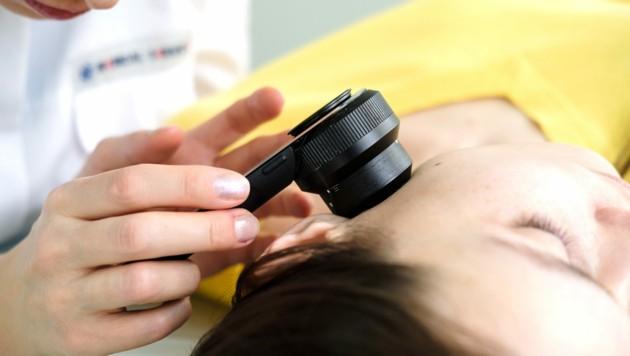 Nach dem Sommer zur Hautkontrolle! (Bild: skvalval/stock.adobe.com)