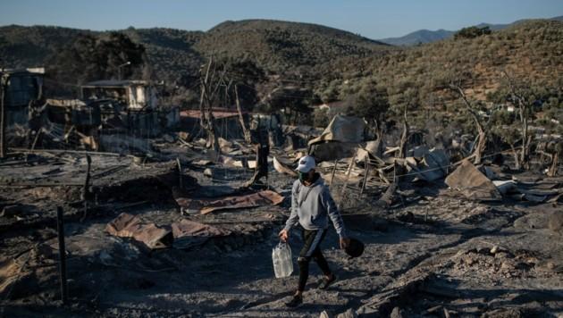 Nur noch Schutt und Asche: Das abgebrannte Flüchtlingscamp Moria auf der griechischen Ägäisinsel Lesbos am Donnerstag (Bild: AP)