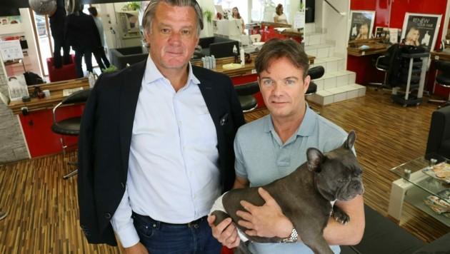 Anwalt Alfred Boran mit seinem Mandanten Harald Cizek (und Hund) in dessen Friseursalon (Bild: Martin A. Jöchl)