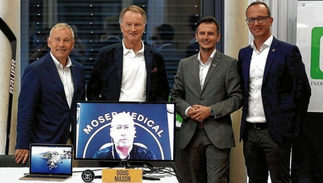 Energie-Steiermark-Chef Christian Purrer, 99ers-Boss Jochen Pildner-Steinburg, Richard Peer (Holding) und Manager Bernd Vollmann (v. li.) schalteten Doug Mason per Video dazu. (Bild: GEPA pictures)