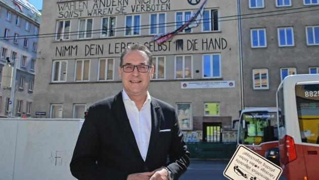 """Heinz-Christian Strache vor dem Favoritner Ernst-Kirchweger-Haus: """"Abreißen!"""" (Bild: Tomschi Peter)"""