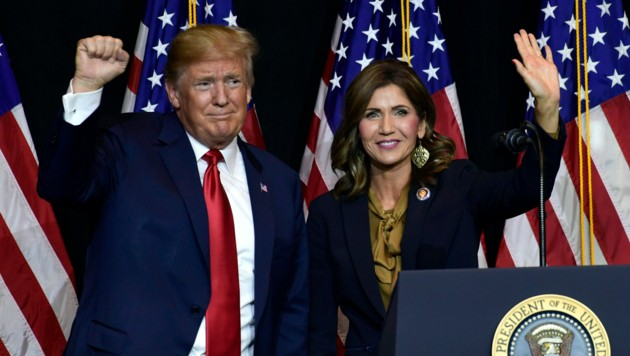 US-Präsident Donald Trump und South Dakotas Gouverneurin Kristi Noem (Bild: AP)