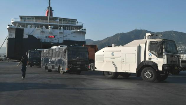 Wasserwerfer und Polizisten verlassen am 11. September die Fähre auf Lesbos. (Bild: LOUISA GOULIAMAKI/AFP)