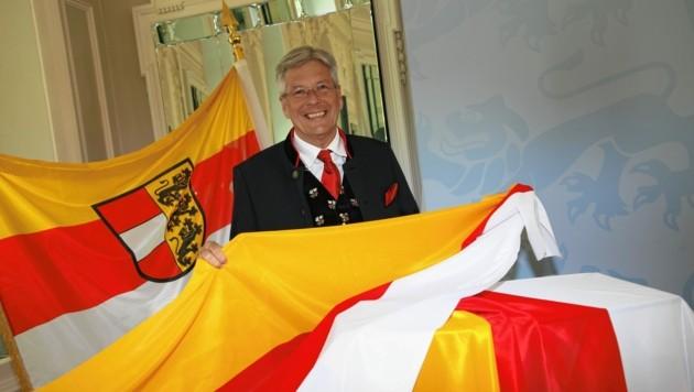 """Landeschef Peter Kaiser mit Kärntner Fahnen, die es in einer Aktion mit der """"Krone"""" günstig zu bestellen gibt. (Bild: Evelyn HronekKamerawerk)"""