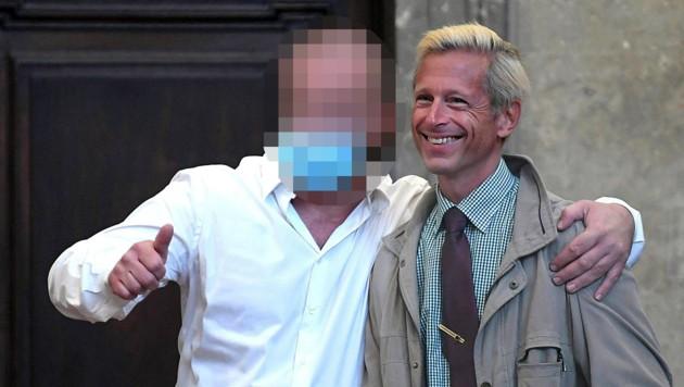 Der Kläger mit seinem Anwalt Adrian E. Hollaender (re.) (Bild: APA/Roland Schlager)