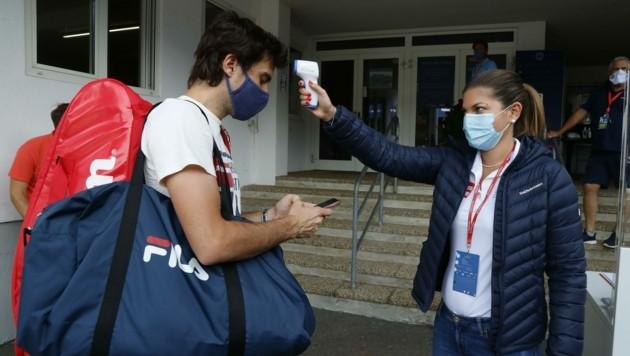 Der Argentinier Guido Pella (30) beim Fiebercheck durch eine Hostess. (Bild: Birbaumer Christof)