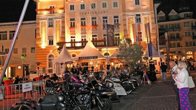 Die Harleys auf dem Veldener Gemonaplatz. (Bild: SOBE HERMANN 9232 ROSEGG)