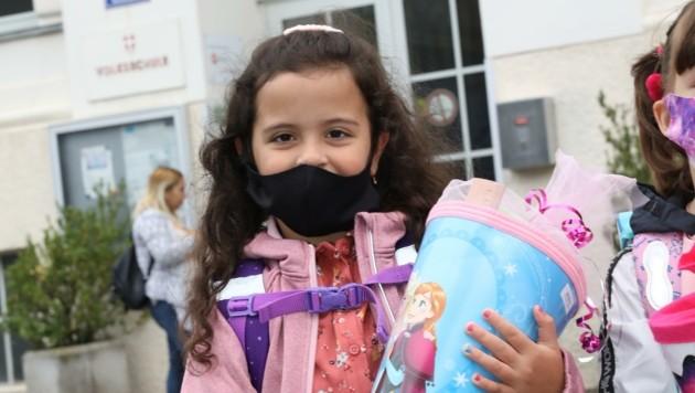 In ihre Schultüten müssen die rund 8300 Tiroler Taferlklassler heuer auch einen Mund-Nasen-Schutz einpacken. (Bild: Jöchl Martin)