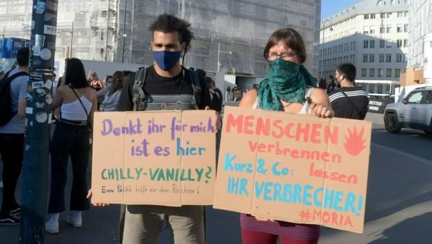 """Die Demonstration """"Das ist Moria - Das ist Mord"""" am Freitag vor dem Kanzleramt (Bild: APA/HERBERT PFARRHOFER)"""