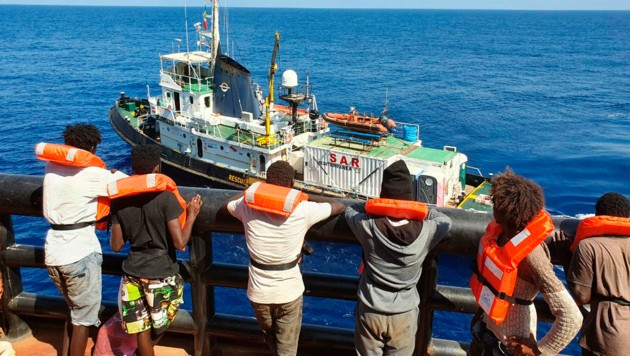 """Migranten, die seit 38 Tagen auf einem Frachtschiff vor Malta festsaßen, wurden nun von der """"Mare Jonio"""" aufgenommen. (Bild: AP)"""