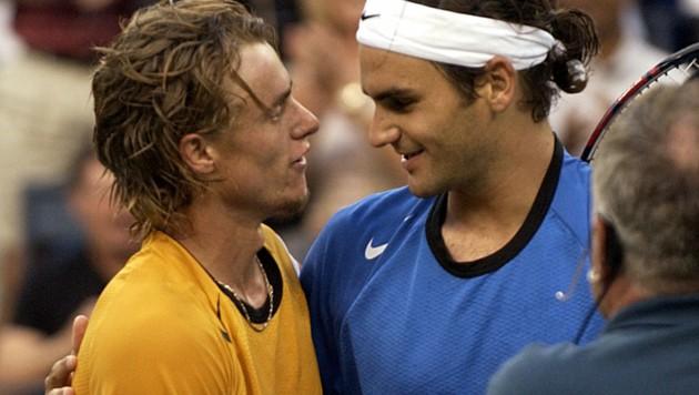 US-Open-Finale: Roger Federer (re.) hat soeben Llayton Hewitt abgefertigt. (Bild: 2004 AFP)