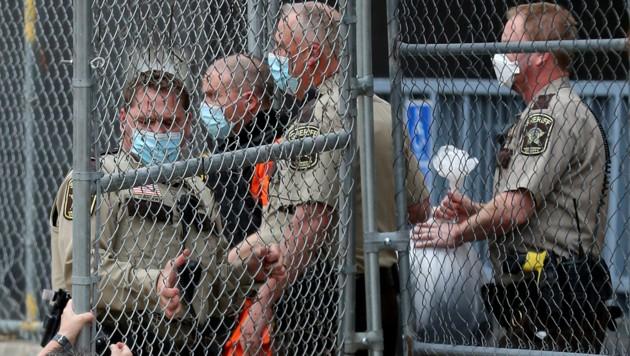 Der Hauptangeklagte Derek Chauvin (2.v.li.) wird nach der Anhörung aus dem Gerichtsgebäude eskortiert. (Bild: Star Tribune)