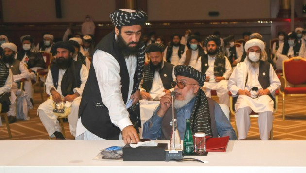 Der Verhandler der Taliban Abbas Stanikzai (sitzend) (Bild: AFP )