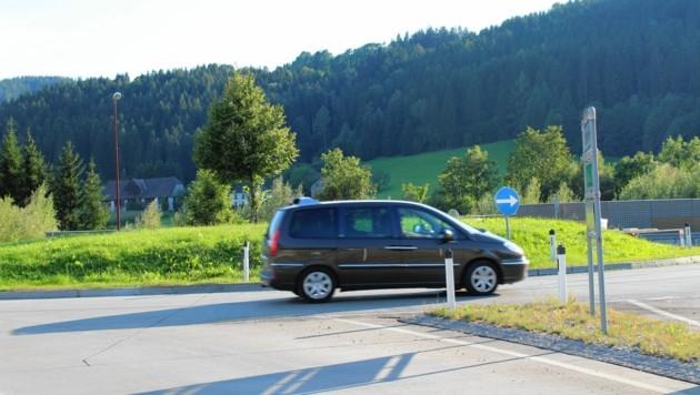 Der Radius des Kreisverkehrs ist für große Transporte zu eng. Ein Ausbau wird erwogen. (Bild: Gerlinde Schager)