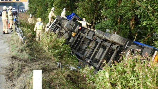 Der Lkw kann erst in den Abendstunden geborgen werden. (Bild: zoom.tirol)