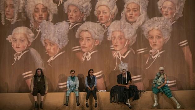 Der Chor der Gehilfen wird wegen Corona per Video eingespielt.
