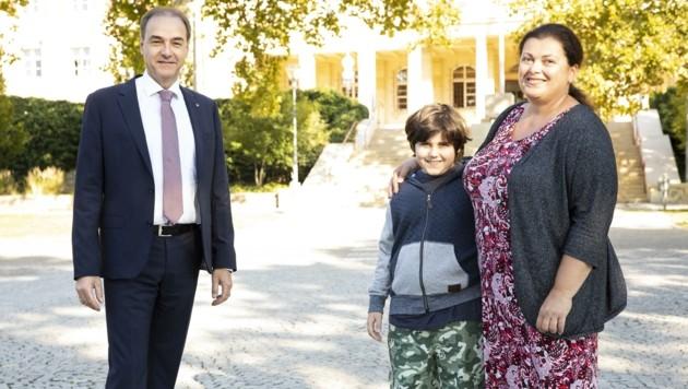 Landesrat Schneemann mit Veronika Sander und Sohn Erik.