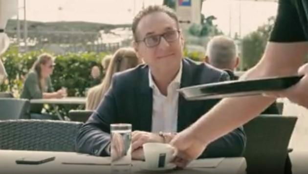 Strache bestellt sich im Video einen Kaffee am Praterstern, als plötzlich der Ruf des Muezzin ertönt. (Bild: Facebook.com/HC Strache)