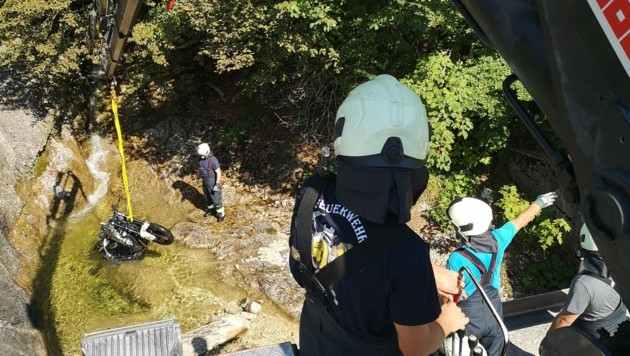 Die Feuerwehrleute bargen das Motorrad aus dem Steinbach. (Bild: ff-badischl.at)