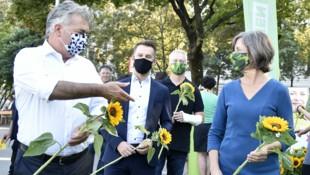 Vizekanzler Werner Kogler und Wiens Vizebürgermeisterin Birgit Hebein beim Wahlkampfauftakt der Grünen (Bild: APA/HANS PUNZ)