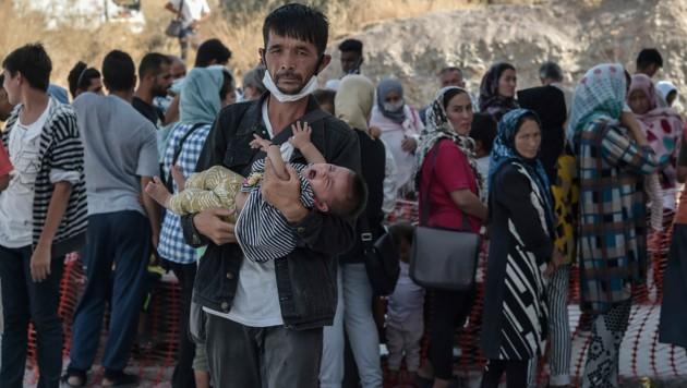 Diese Flüchtlinge warten auf medizinische Versorgung im provisierten Lager Kara Tepe. (Bild: AFP )