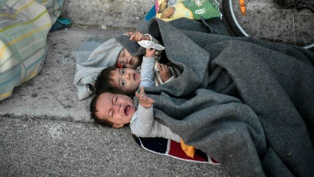 Seit den Bränden im Flüchtlingslager Moria müssen noch immer viele Kinder auf dem nackten Boden übernachten. (Bild: AFP/LOUISA GOULIAMAKI)