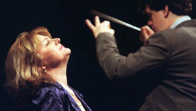 """Edita Gruberova mit Dirigent Frank Beermann (r.) 1999 während einer Probe der Titelpartie der Oper """"Anna Bolena"""" in der Hamburger Staatsoper (Bild: APA/dpa/Kay Nietfeld)"""