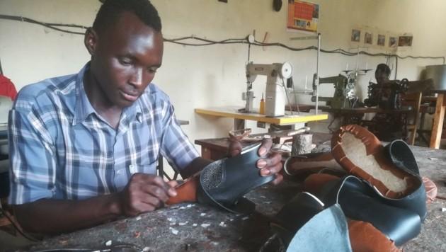 """""""Made in Uganda, made for Uganda"""" - Kenneth wird vor Ort zum Schuster ausgebildet."""