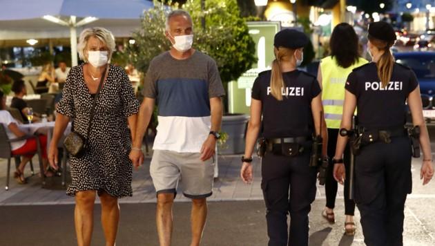 Wird die Polizei auch heuer wieder die Maskenpflicht kontrollieren? (Bild: APA/GERT EGGENBERGER)