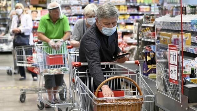 In Supermärkten gilt generelle Maskenpflicht (Bild: APA/HERBERT NEUBAUER)