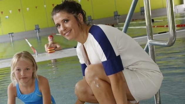 anbieten zu können.Schwimmtrainerin Marijana Berbakov, hier auf einem Bild mit Nora vor der Corona-Krise: Sie kämpft jetzt unermüdlich darum, auch für sozial schwache Familien Schwimmkurse anbieten zu können. (Bild: Tschepp Markus)