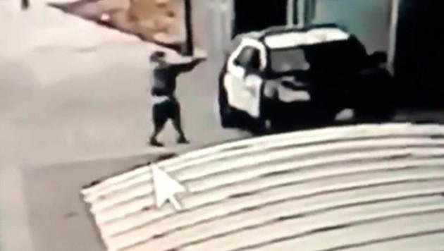 Hier schießt der Täter durch das Beifahrerfenster des Streifenwagens auf die Polizisten. (Bild: AP)