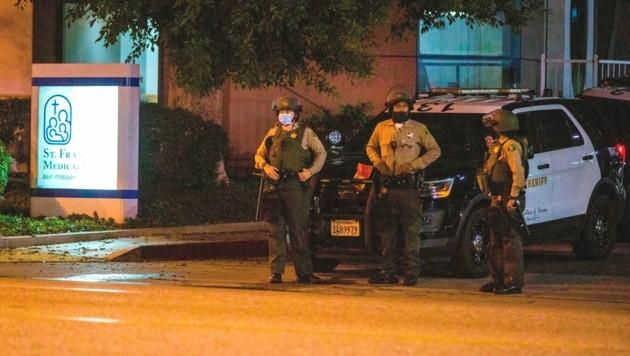 Polizisten bewachten den Eingang vom St. Francis Medical Center, wo die angeschossenen Kollegen versorgt wurden. (Bild: AP)