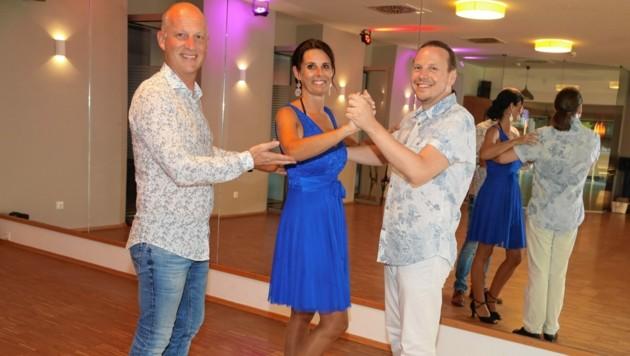 Andreas Wankmüller mit Monique und Wolfgang, zwei seiner Mitarbeiter in der Klagenfurter Tanzschule. Als Sprecher der IG Tanz entwickelt er Ideen für sichere Bälle. (Bild: Rojsek-Wiedergut Uta)