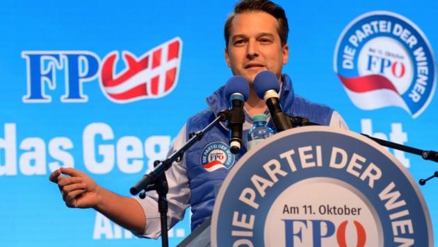FPÖ-Spitzenkandidat Dominik Nepp ist voll im Wahlkampfmodus und schießt sich auf den Favoritner-Bezirksvorsteher Marcus Franz (SPÖ) ein. (Bild: APA/HERBERT PFARRHOFER)