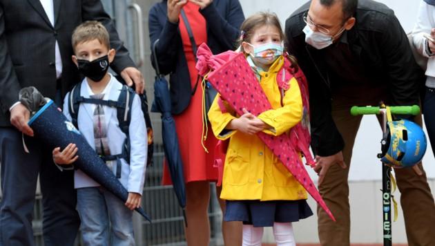 Erstklassler in Wien zu Schulbeginn mit Mund-Nasen-Schutz.